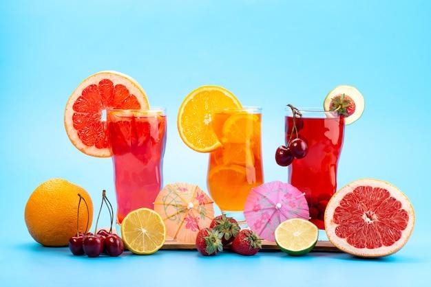 Widok Z Przodu świeże Koktajle Owocowe Z Lodem Plastry świeżych Owoców Na Niebiesko, Pić Sok Koktajl Owocowy Kolor Darmowe Zdjęcia