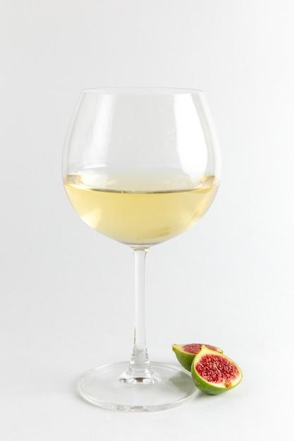 Widok Z Przodu świeże Plastry Figi Z Lampką Wina Na Białym Biurku Owoce świeże Drzewo Witaminowe Roślin Zdjęcie Bar Alkoholowy Darmowe Zdjęcia