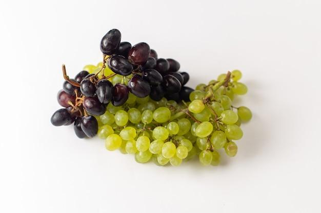 Widok Z Przodu świeże Soczyste Winogrona Złagodzone Ed Na Białym Tle Darmowe Zdjęcia