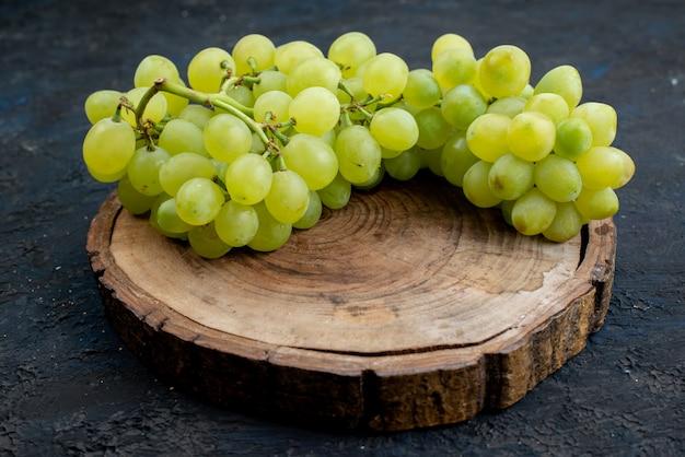 Widok Z Przodu świeże Zielone Winogrona Kwaśne Soczyste I łagodne Na Drewnianym Biurku I Ciemnym Tle Owoce Dojrzałe Rośliny Zielone Darmowe Zdjęcia
