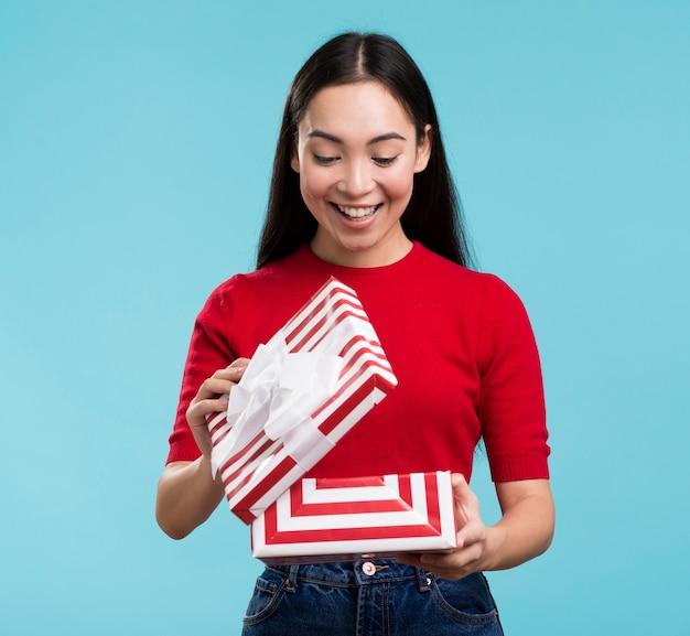 Widok Z Przodu Szczęśliwa Kobieta Otwierając Pudełko Darmowe Zdjęcia