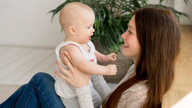 Widok Z Przodu Szczęśliwa Matka I Dziecko Darmowe Zdjęcia