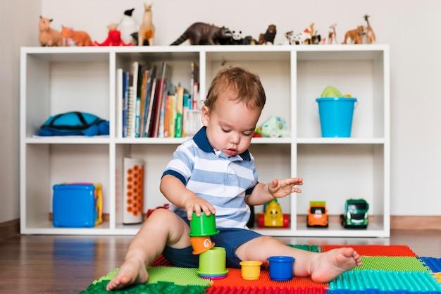 Widok Z Przodu Szczęśliwy ładny Chłopczyk Bawi Się Zabawkami Darmowe Zdjęcia