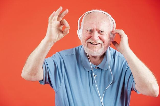 Widok Z Przodu Szczęśliwy Starszy Ze Słuchawkami Darmowe Zdjęcia