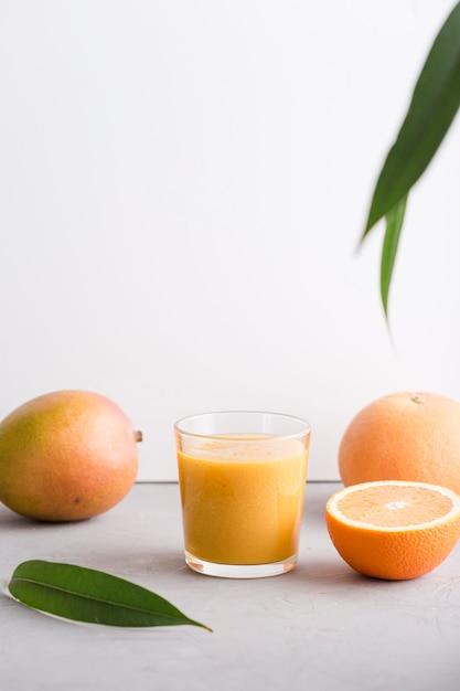 Widok Z Przodu Szklanka Smoothie Z Pomarańczą I Mango Darmowe Zdjęcia