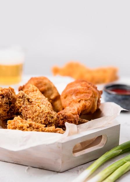 Widok Z Przodu Taca Ze Smażonym Kurczakiem Z Zieloną Cebulą Premium Zdjęcia