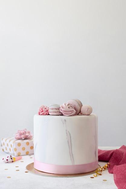 Widok Z Przodu Tort Urodzinowy Z Miejsca Na Kopię Premium Zdjęcia