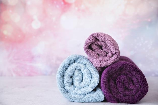 Widok Z Przodu Ułożone Ręczniki Z Kolorowym Tłem Darmowe Zdjęcia