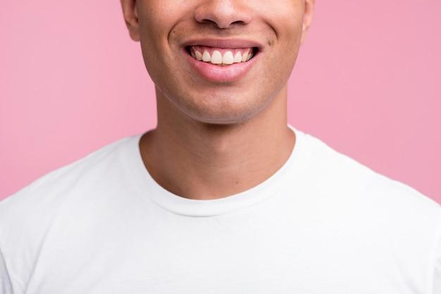 Widok Z Przodu Uśmiechniętego Człowieka Darmowe Zdjęcia
