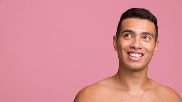 Widok Z Przodu Uśmiechniętego Mężczyzny Pozowanie Bez Koszuli Z Miejsca Na Kopię Darmowe Zdjęcia