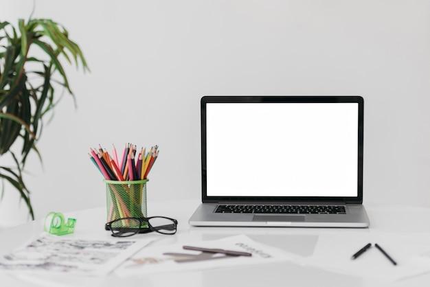 Widok Z Przodu W Nowoczesnym Układzie Biurka Z Laptopem Darmowe Zdjęcia