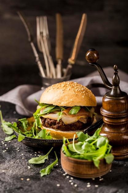 Widok Z Przodu Wołowy Burger Z Sałatką I Bekonem Darmowe Zdjęcia