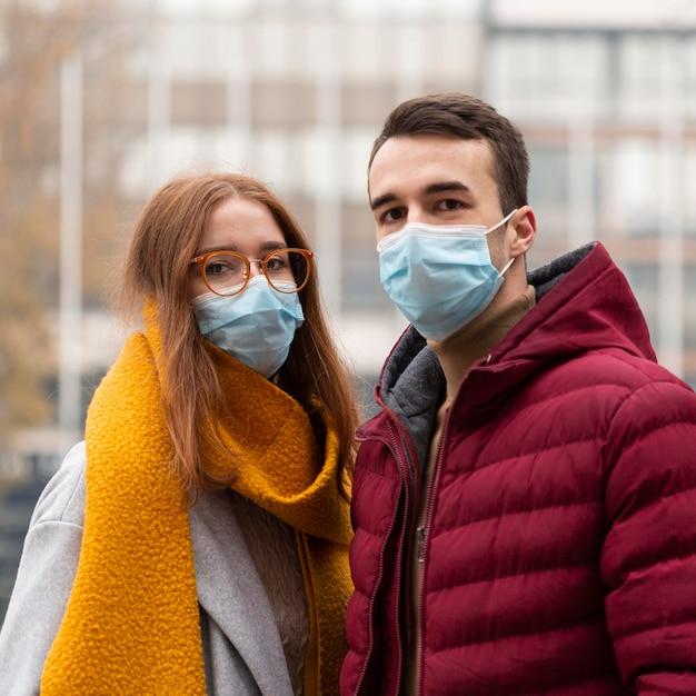 Widok Z Przodu Z Cute Para W Maskach Medycznych Darmowe Zdjęcia