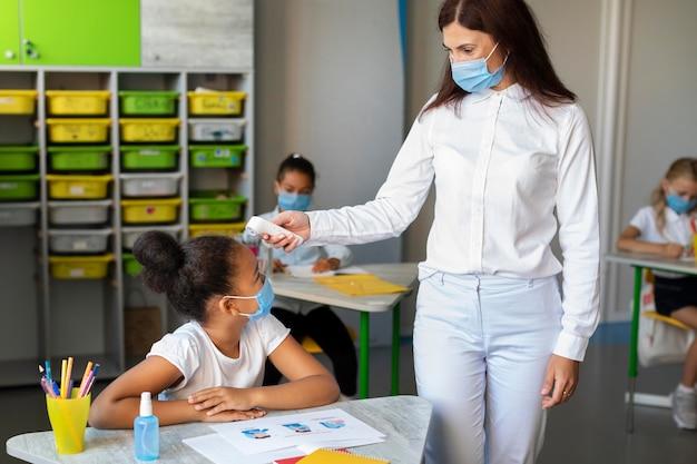 Widok Z Przodu Z Powrotem Do Szkoły W Czasie Pandemii Darmowe Zdjęcia