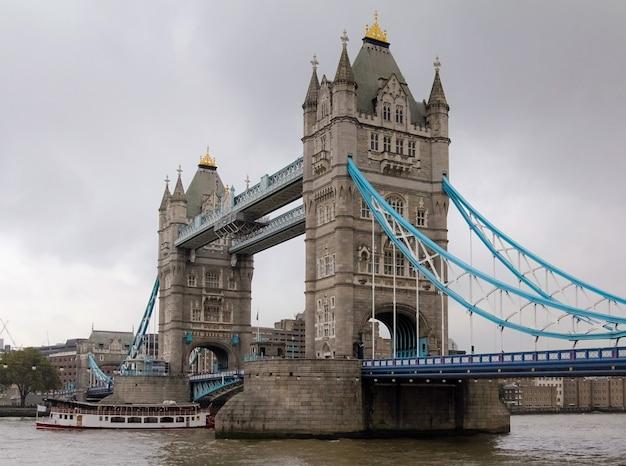 Widok Z Tower Bridge W Londynie, W Anglii Z Chmurnym Szarym Niebem Premium Zdjęcia