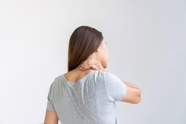 Widok Z Tyłu Azjatyckiej Kobiety Cierpiącej Na Ból Szyi Na Białym Tle. Skopiuj Miejsce Premium Zdjęcia