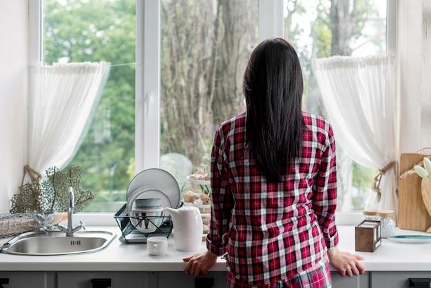 Widok Z Tyłu Kobieta Korzystających Z Rutyny Rano Darmowe Zdjęcia