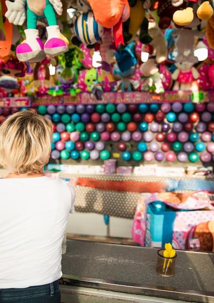 Widok z tyłu kobieta na stoisku festiwalu gry Darmowe Zdjęcia