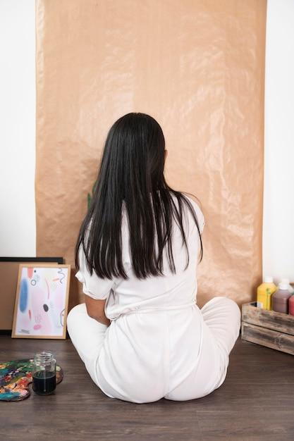 Widok Z Tyłu Kobieta Pozuje W Domu Darmowe Zdjęcia