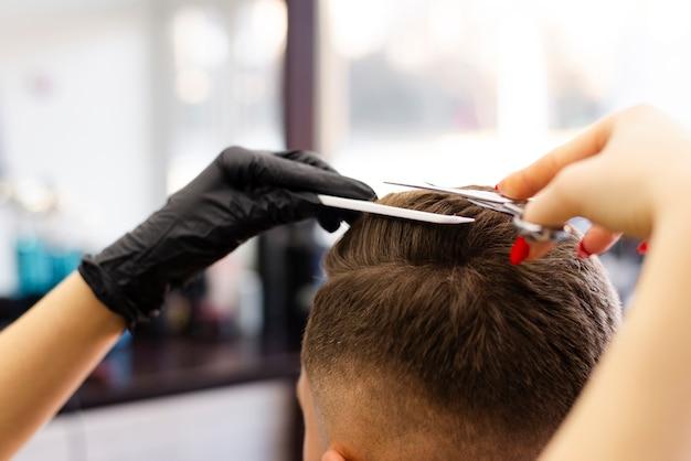 Widok Z Tyłu Kobieta Strzyżenia Włosów Swojego Klienta Darmowe Zdjęcia