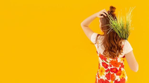 Widok Z Tyłu Kobiety Gospodarstwa Roślin Darmowe Zdjęcia