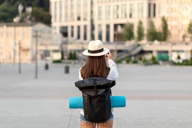 Widok Z Tyłu Kobiety Robiącej Zdjęcia Podczas Podróży Z Plecakiem Darmowe Zdjęcia