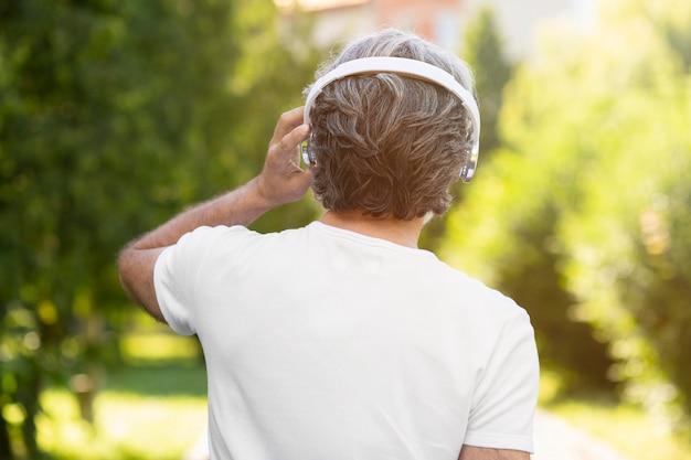 Widok Z Tyłu Mężczyzna Nosi Słuchawki Darmowe Zdjęcia