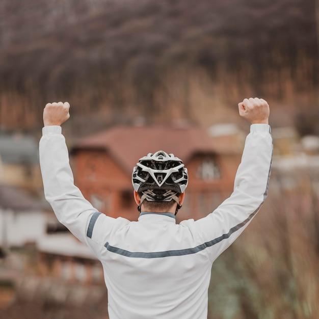 Widok Z Tyłu Mężczyzna Z Kapeluszem Bezpieczeństwa Roweru Na Głowie Darmowe Zdjęcia