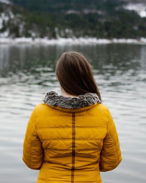 Widok Z Tyłu Młoda Piękna Kobieta W Przyrodzie Premium Zdjęcia