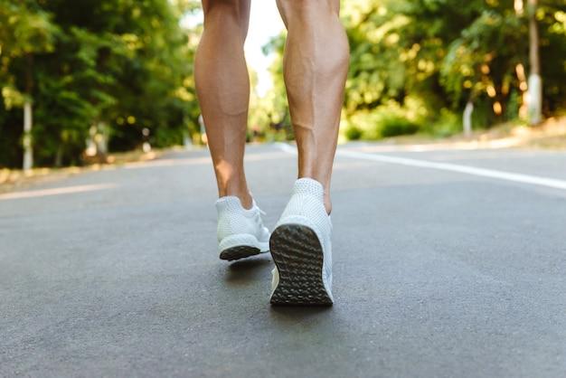 Widok Z Tyłu Nogi Sportowca Mięśni Działa Premium Zdjęcia