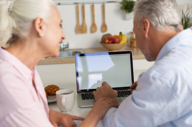 Widok Z Tyłu Obraz Dojrzałej Kochającej Pary Rodziny Za Pomocą Laptopa Darmowe Zdjęcia