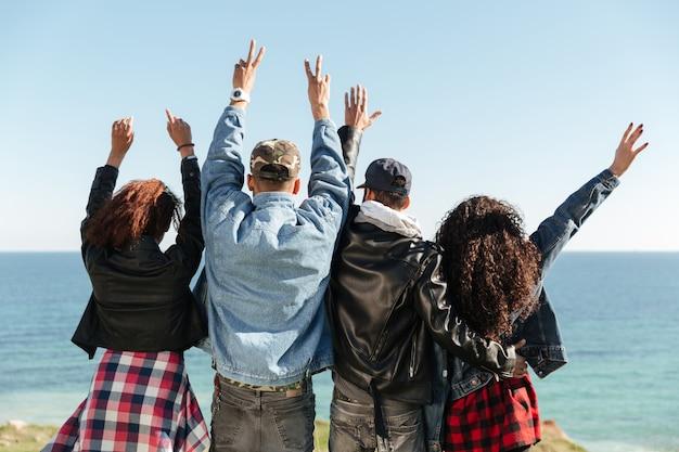 Widok Z Tyłu Obraz Grupy Przyjaciół Stojących Na Zewnątrz Darmowe Zdjęcia