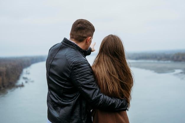 Widok Z Tyłu Para Podziwiająca Widok Na Jezioro Darmowe Zdjęcia
