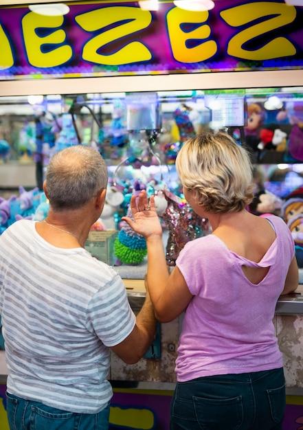 Widok z tyłu para w sklepie rozrywki Darmowe Zdjęcia