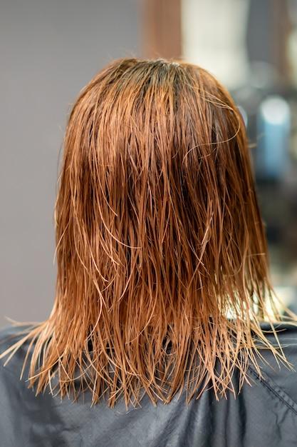 Widok Z Tyłu Piękne Mokre Długie Czerwone Proste Włosy Młodej Kobiety W Salonie Fryzjerskim Premium Zdjęcia