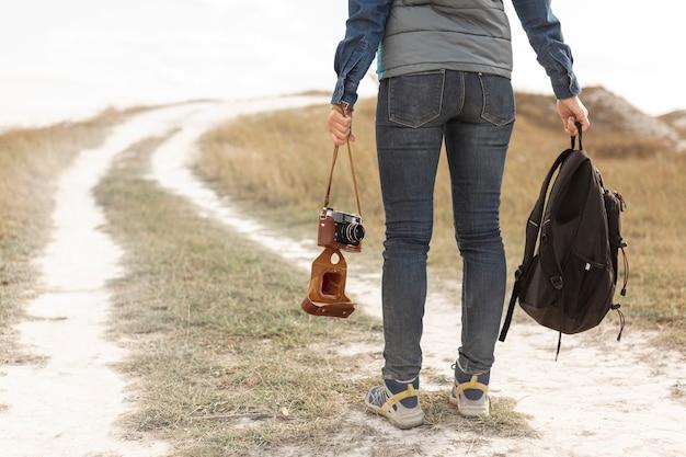 Widok Z Tyłu Podróżny Trzyma Plecak Darmowe Zdjęcia