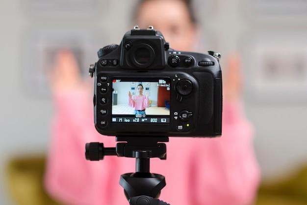 Widok Z Tyłu Profesjonalnego Blogera Rejestrującego Kamery Darmowe Zdjęcia