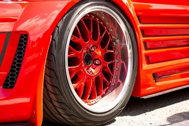 Widok Z Tyłu Samochodu Czerwony Sportowy Tuning Koła, Zbliżenie. Dzień Mody Samochodu Na Drodze Darmowe Zdjęcia