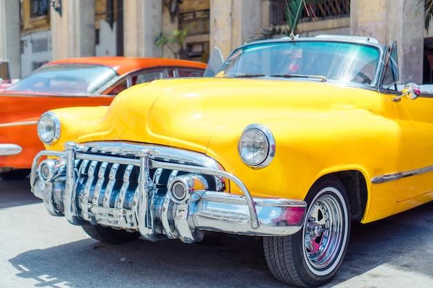 Widok żółty klasyczny rocznika samochód w stary hawańskim, kuba Premium Zdjęcia