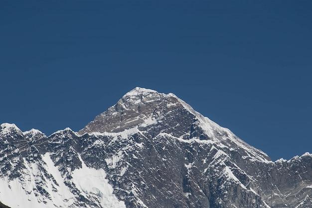 Widoki Na Szczyt Everestu Z Dolnej Wioski W Nepalu Premium Zdjęcia