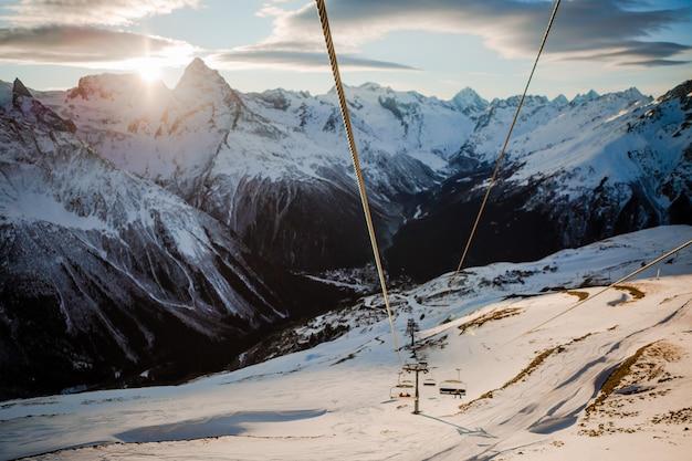 Widoki na zaśnieżone góry Premium Zdjęcia