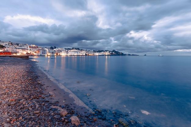 Wieczorny Panoramiczny Widok Na Cadaques, Słynną Małą Wioskę Costa Brava, Katalonia, Hiszpania Premium Zdjęcia