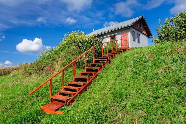 Wiejski dom na wzgórzu, ze schodami Premium Zdjęcia