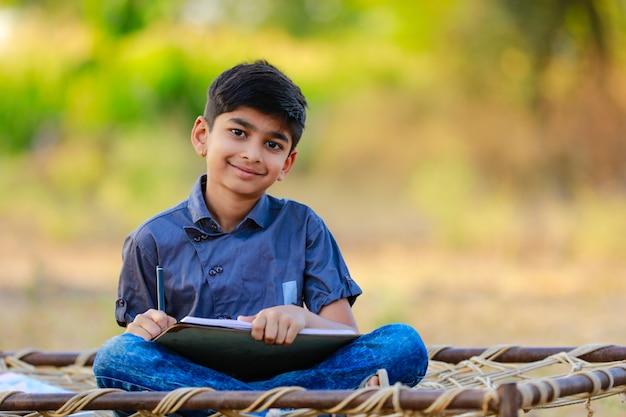 Wiejskie Dziecko Indyjskie Odrabia Lekcje W Szkole Premium Zdjęcia