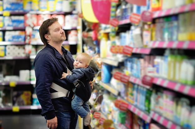 Wieka średniego ojciec i jego mały syn przy supermarketem Premium Zdjęcia