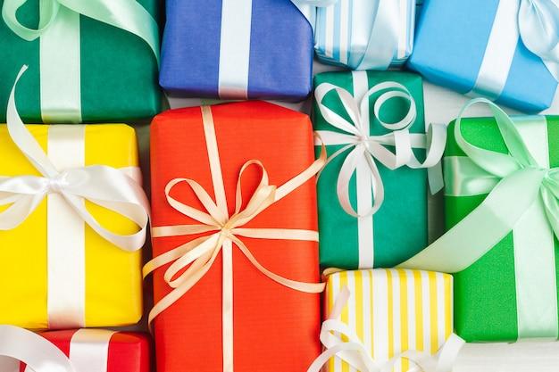 Wiele kolorowe pudełka z wstążkami w tle Premium Zdjęcia