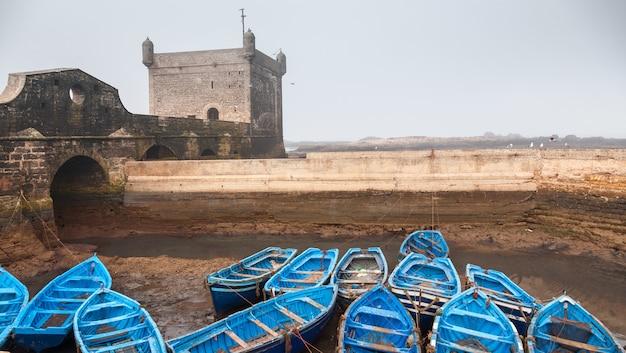 Wiele Niebieskich Pustych łodzi Rybackich Zawiązanych Obok Siebie Darmowe Zdjęcia