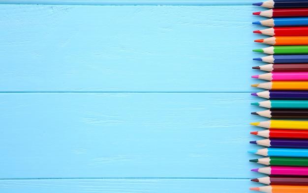 Wiele Różni Barwioni Ołówki Na Błękitnym Drewnie Premium Zdjęcia