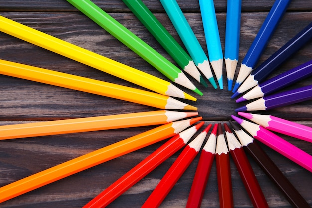 Wiele Różnych Kolorowych Ołówków Na Brązowym Drewnie Premium Zdjęcia