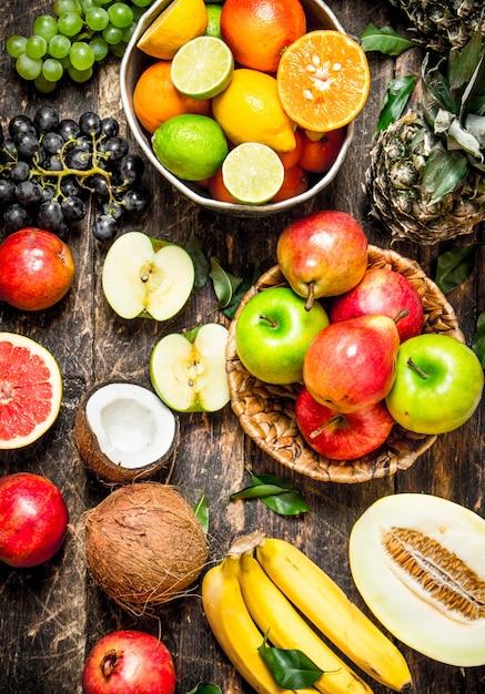 Wiele Różnych Owoców. Na Drewnianym Tle. Premium Zdjęcia